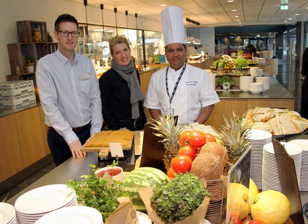 Henning Østlund (fra venstre) og Ingun Skaar i ISS Facility Services sammen med kjøkkensjefen på restaurantens hos Evry, Flow; Kunal B. Pandey. Du kan lese mer om ISS-kantinene på Fornebu i den kommende utgaven av magasinet Horeca. (Foto: Morten Holt)