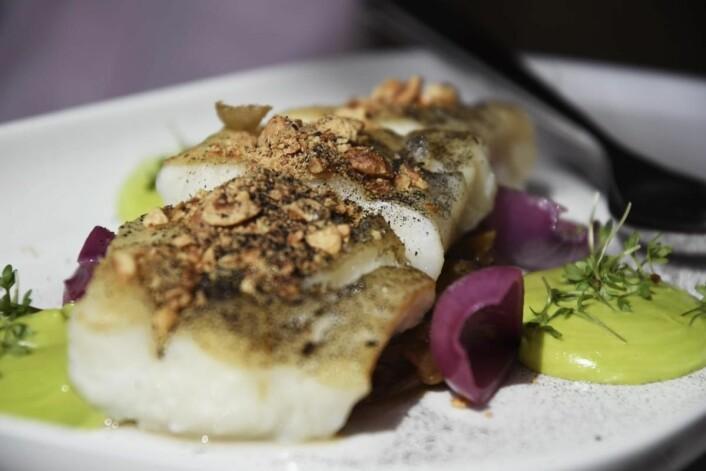 Purreaske, ristede macadamia, estragonkrem og syltet rødløk. (Foto: Maren Nordtorp Larsen/Matmerk)