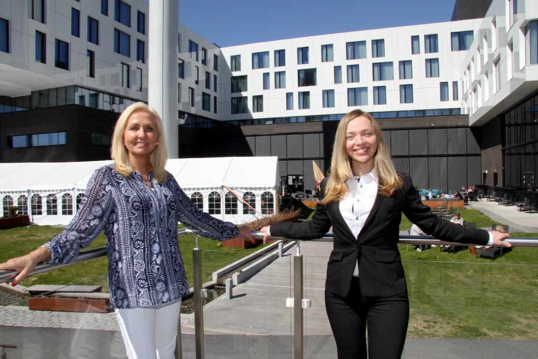 Hotelldirektør Toril Flåskjer og husøkonom Ksenia Levy på Scandic Fornebu. (Foto: Morten Holt)