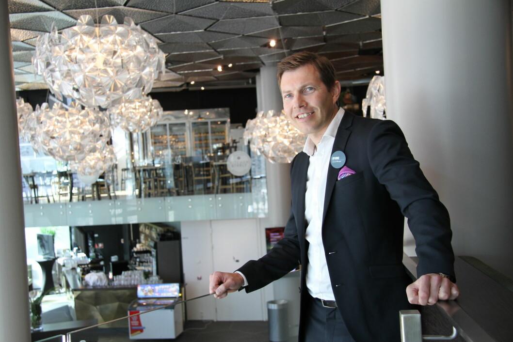 – Det er helt ubegripelig at et hotell i vår lille by Tromsø har vunnet en pris på denne størrelsen, sier hotelldirektør på Clarion Hotel The Edge, Øyvind Alapnes. (Foto: Morten Holt)
