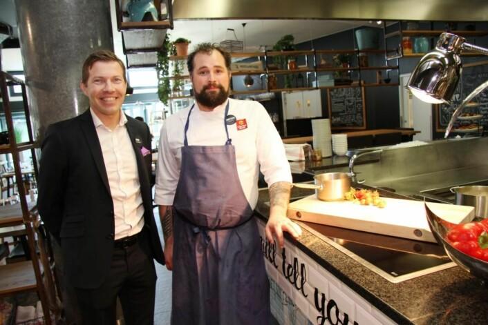 Hotelldirektør Øyvind Alapnes sammen med kjøkkensjef Tommy Olsen. (Foto: Morten Holt)