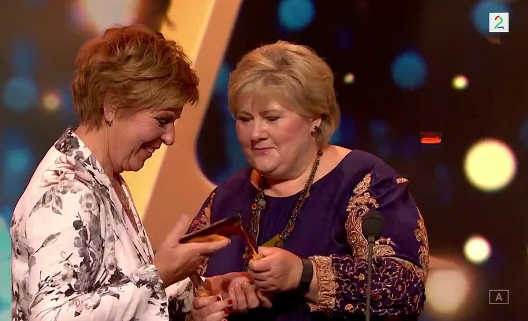 Stasminister Erna Solberg delte ut Gullrutens hederspris til Wenche Andersen. (Foto: Skjermdump)
