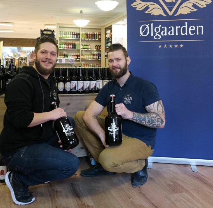 <em>Christer Bjørnli og Ole Morten Holstad Aasheim i Ølgaardens butikklokaler, stolte av eget brygget øl, her med Ølgaarden Brown Ale på 2-liters flasker. (Foto: Heidi Fjelland)</em>