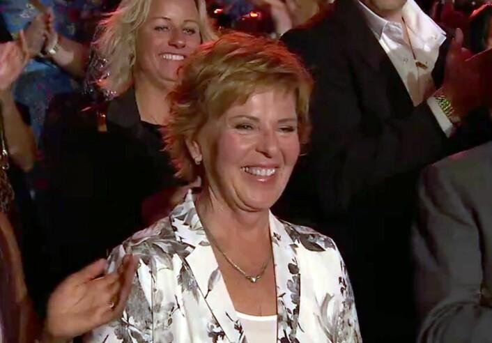 Wenche Andersen var overrasket da hun fikk prisen. I bakgrunnen VIbeke Skofterud. (Foto: Skjermdump)