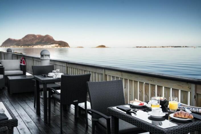 Radisson Blu Hotel Ålesund ligger helt i vannkanten og tilbyr gjestene en spektakulær utsikt fra frokostbordet.