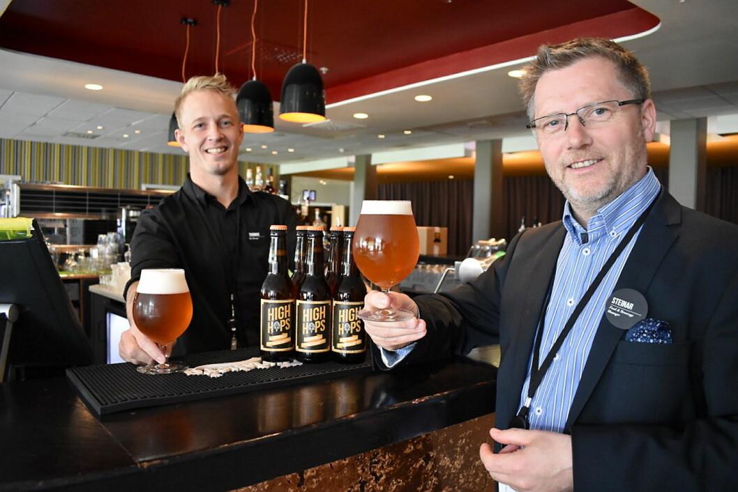 F&B-manager Steinar Kokaas (til høyre) og barsjef Thomas Floden på Clarion Hotel & Congress Oslo Airport med det nye hotell-ølet.