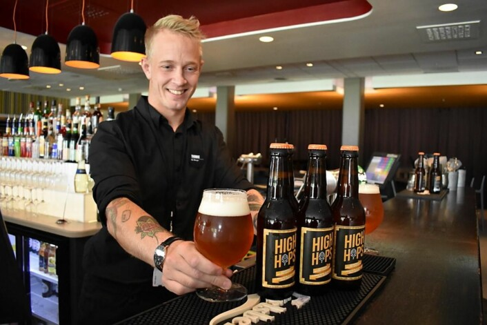 Barsjef på Clarion Hotel & Congress Oslo Airport, Thomas Floden, er snart ferdig utdannet ølsommelier. Her med hotellets eget øl, High Hops.