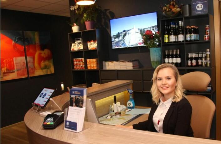 Resepsjonist Marthe Lunde ønsker gjestene velkommen til Best Western Plus City Hotel Oslo. Hun begynte å arbeide på hotellet i april 2017. (Foto: Morten Holt)