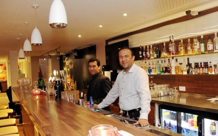 Restaurantsjef Rukhsar Ahmed i baren i Sans Restaurant & Cocktailbar. (Foto: Morten Holt).