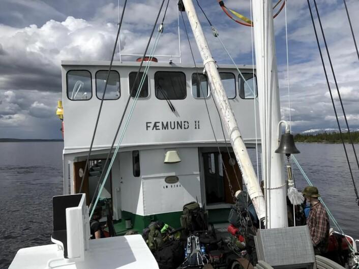 M/S Fæmund II på vei nordover Femunden med mange fiskere og vandrere på plass. Båten har sju stoppesteder langs innsjøen på grensen mellom Hedmark og Sør-Trøndelag. (Foto: Morten Holt)