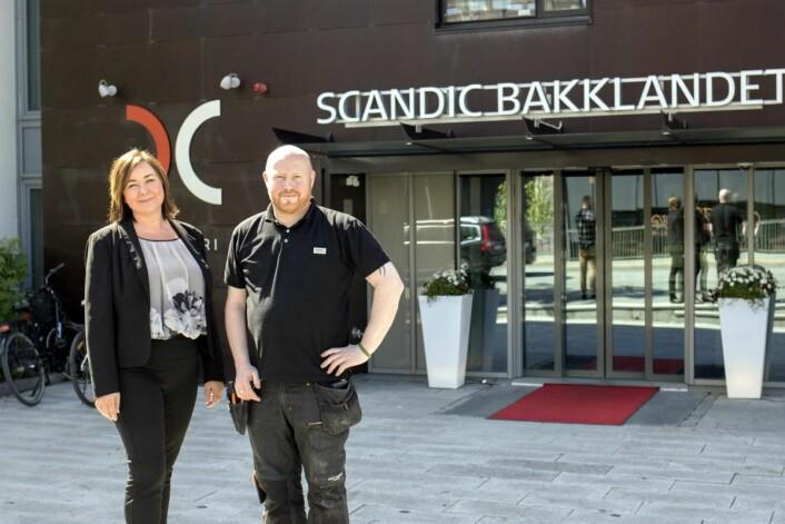 Flere andre hoteller i Scandic-kjeden lagt merke til vannrensesystemet, sier hotelldirektør Merete Imbsen på Scandic Bakklandet, her sammen med teknisk sjef Svein Arne Eggen. (Foto: Apurgo)