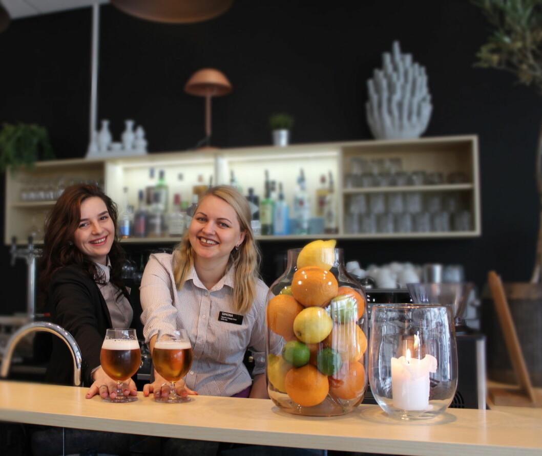 Stefanija (til venstre) og Simona i baren med det nye ølet i regi Quality Hotel Edvard Grieg (Foto: Quality Hotel Edvard Grieg)