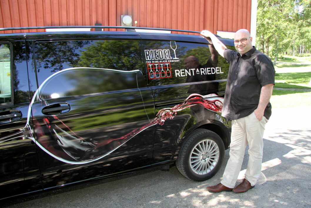 Svein Lindin foran Riedel-bilen. (Foto: Morten Holt)