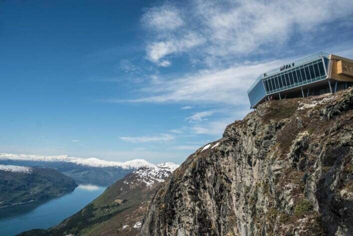 Panoramautsikt fra restauranten på toppen av Hoven (1011 moh.). (Foto: Bård Basberg/Loen Skylift)