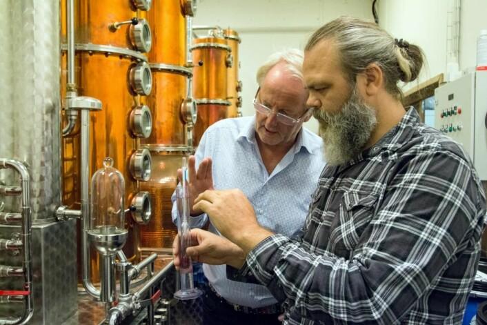 Eyvind Hellstrøm og Stig Bareksten (OSS Craft Distillery i Bergen) i aksjon i Det Norske Brenneris lokaler. (Foto: Det Norske Brenneri/Moestue)