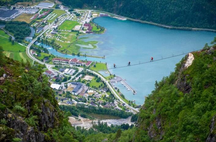 Via Ferrata Loen krysser Gjølmunnebrua. (Foto: Sverre Hjørnevik/Fjord-Norway/Loen Skylift)