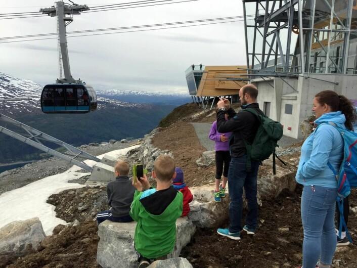 Mange lokale har allerede benyttet anledningen til å teste nyskapningen i Loen. (Foto: Jogeir Agjeld/privat)