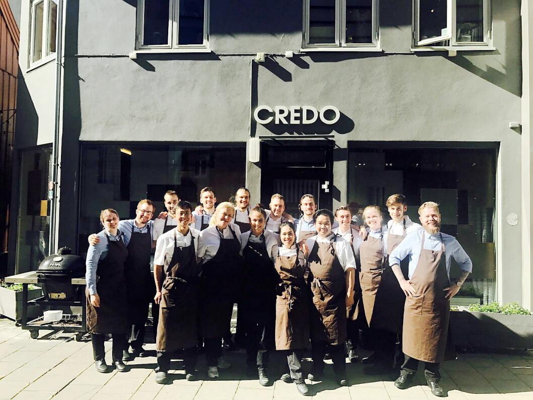 De ansatte samlet utenfor restauranten på den siste serveringsdagen på Credoveita. (Foto: Credo)