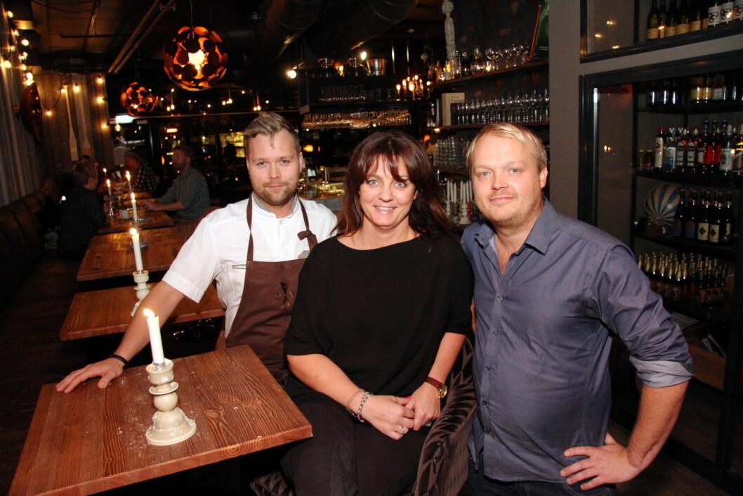 Personalkostnadene ble for høye, sier eierne Nina Karlsen og Trond Åm (til høyre), her sammen med Morten Rathe like etter åpningen for to år siden. (Foto: Morten Holt, arkiv)