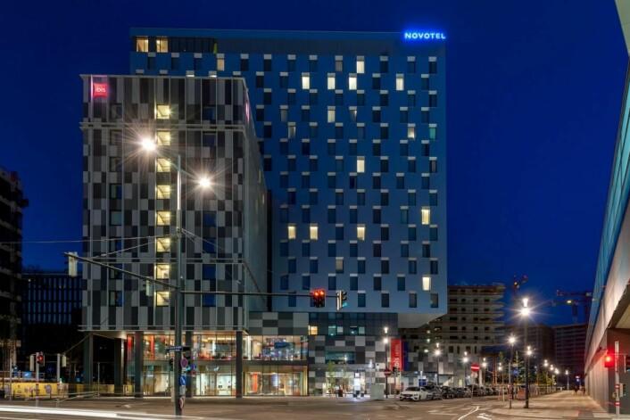 De to hotellene ligger tett inntil hverandre, og er forbundet med en felles terrasse. (Foto: AccorHotels)