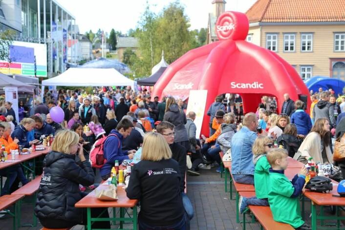Tromsøværingene spiste to tonn grillmat da Scandic serverte under Arctic Race. (Foto: Scandic Hotels)
