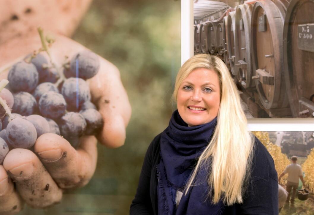 Monica Andersen har 16 års erfaring innenfor vinbransjen. Kalkulering av særavgifter er en del av hennes hverdag når man skal ut med anbud eller prissette produkter. (Foto: Haugen-Gruppen/Skattetaten)