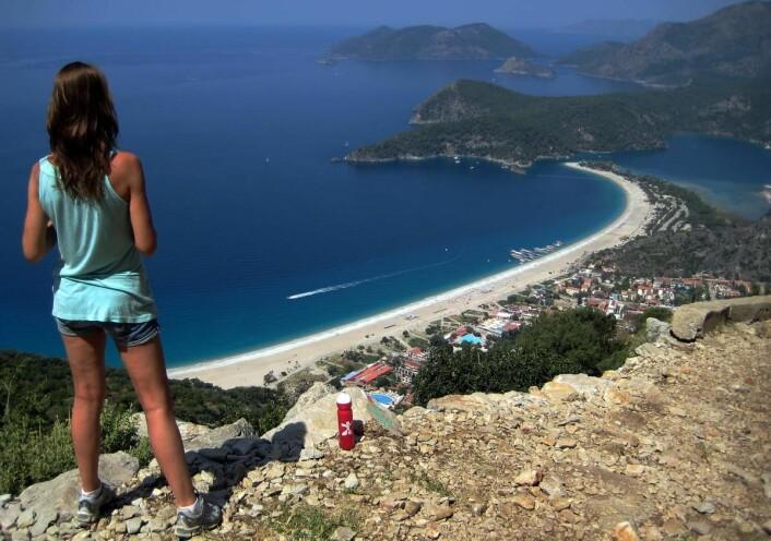 Ölüdeniz-stranden med den spesielle halvøya og lagunen er et populært reisemål i Tyrkia. (Foto: Morten Holt)