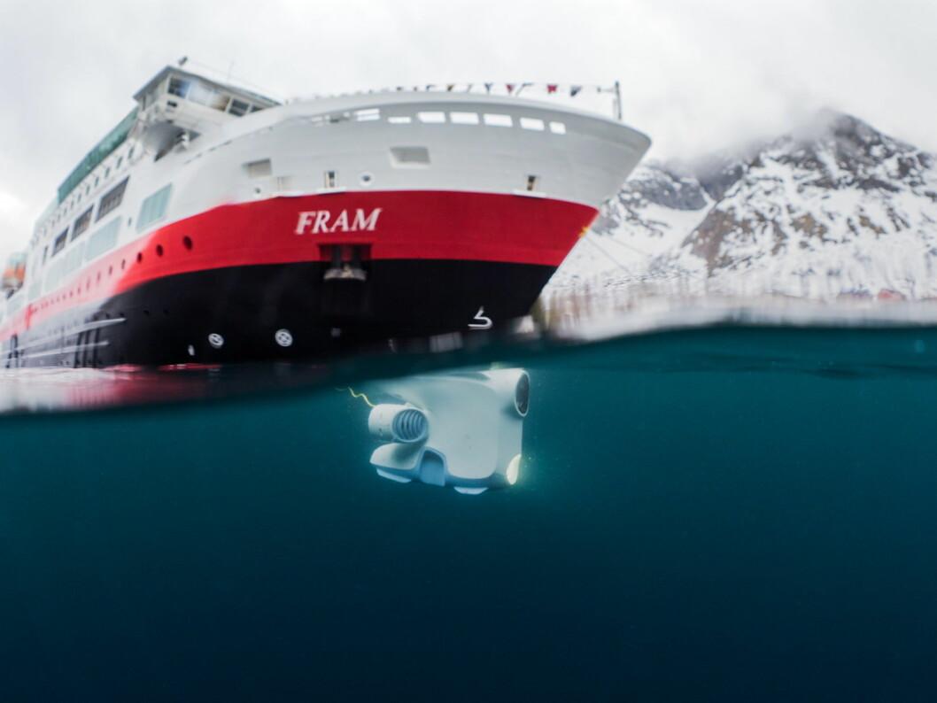 Her utforsker en Blueye undervannsdrone farvannet ved ekspedisjonsskipet MS Fram utenfor norskekysten i vår. Nå skal Hurtigruten ta den norskutviklede dronen ut på verdenshavene. (Foto: Blueye/Hurtigruten)