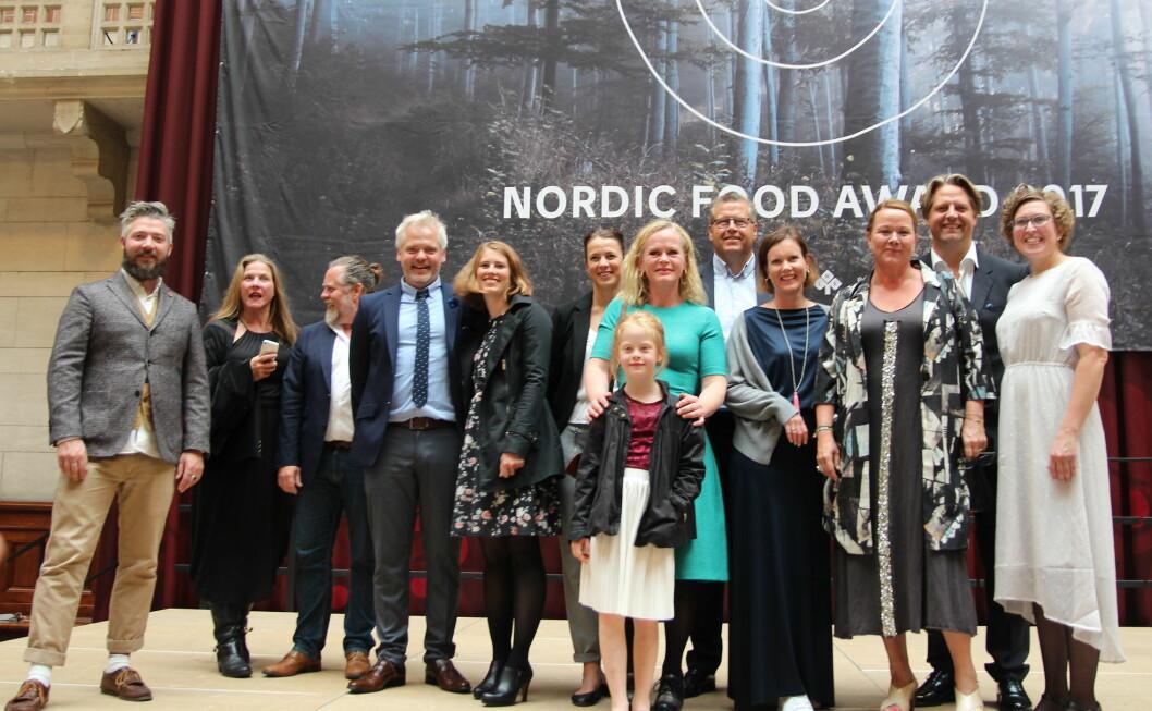 Alle de norske nominerte under Embla-gallaen i København. Jurymedlem Even Ramsvik til venstre, og prisvinnerne Geitmyra i midten av bildet. (Foto: Norges Bondelag)