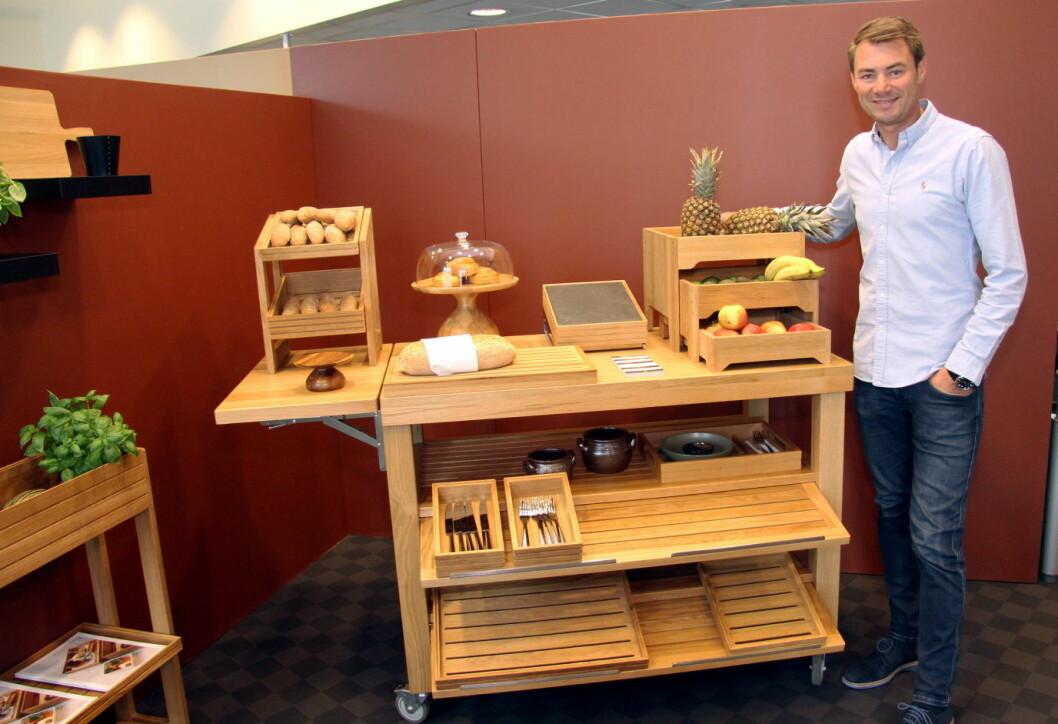 Produkter i tre blir mer og mer populært i horecabransjen, sier Ole Henrik Eftedal. Her med en serveringsvogn med flere bruksområder. (Foto: Morten Holt)