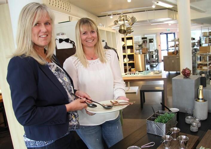 Irene Gulbransen (til venstre) og Kathrine B. Starheim i utstillingslokalene til Culina i Holmaveien i Sandvika. (Foto: Morten Holt)