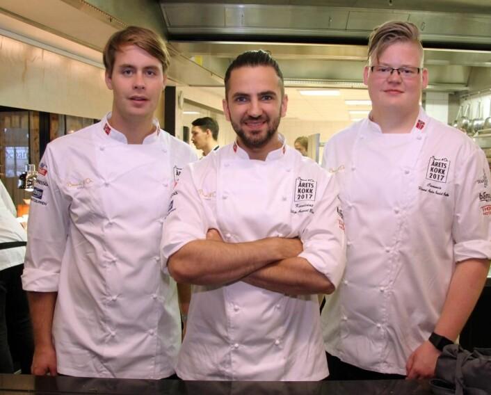 Filip August Bendi sammen med coach Adrian Løvold (til venstre, var deltaker i Årets kokk 2015) og commis Håvard André Josdal Østebø. (Foto: Morten Holt)