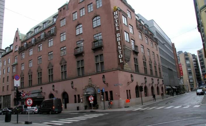 Hotell Bristol og Thon Hotel Rosenkrantz ligger like inntil hverandre. Rosenkrantz' hotellskilt sees i bakgrunnen. (Foto: Morten Holt)