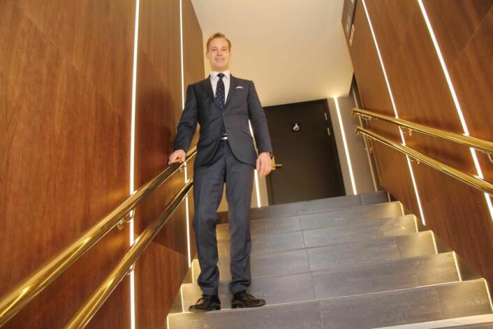 Lars Petter Mathisen tar steget videre. Fredag 1. september har han siste arbeidsdag som hotelldirektør på Thon Hotel Rosenkrantz. Mandag 4. september starter han som administrerende direktør på nabohotellet, Hotel Bristol. (Foto: Morten Holt)
