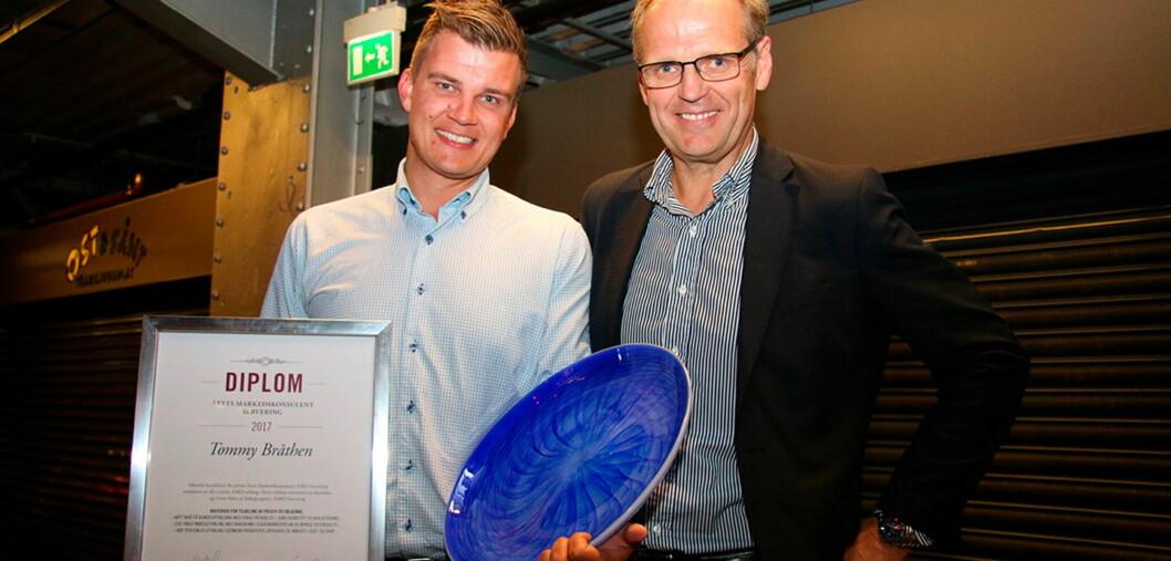 Tommy Bråthen (til venstre) fikk overrakt prisen av salgsdirektør Karl Wethal. (Foto Asko/Nils Henrik Sjo)
