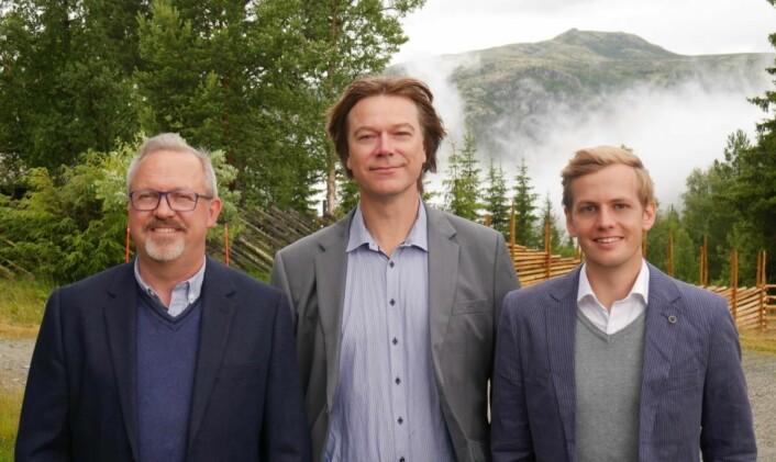 Hotellsjef Ole P. Christensen (fra venstre), markedssjef Ole T. Hoelseth og markedsmedarbeider Michael Aasheim opplyser at oppgraderingen av hotellet fortsetter. (Foto: Verena Steinacher/Rondane Høyfjellshotell)