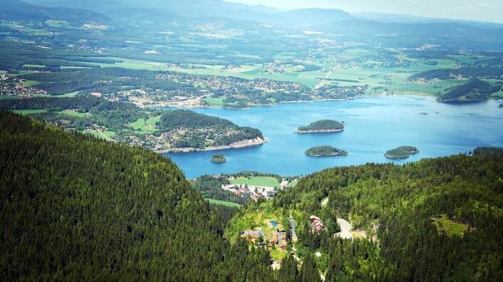 Kleivstua (nederst i bildet) ligger høyt over landskapet med utsikt mot Sundvollen og store deler av Ringerike. (Foto: Kleivstua)