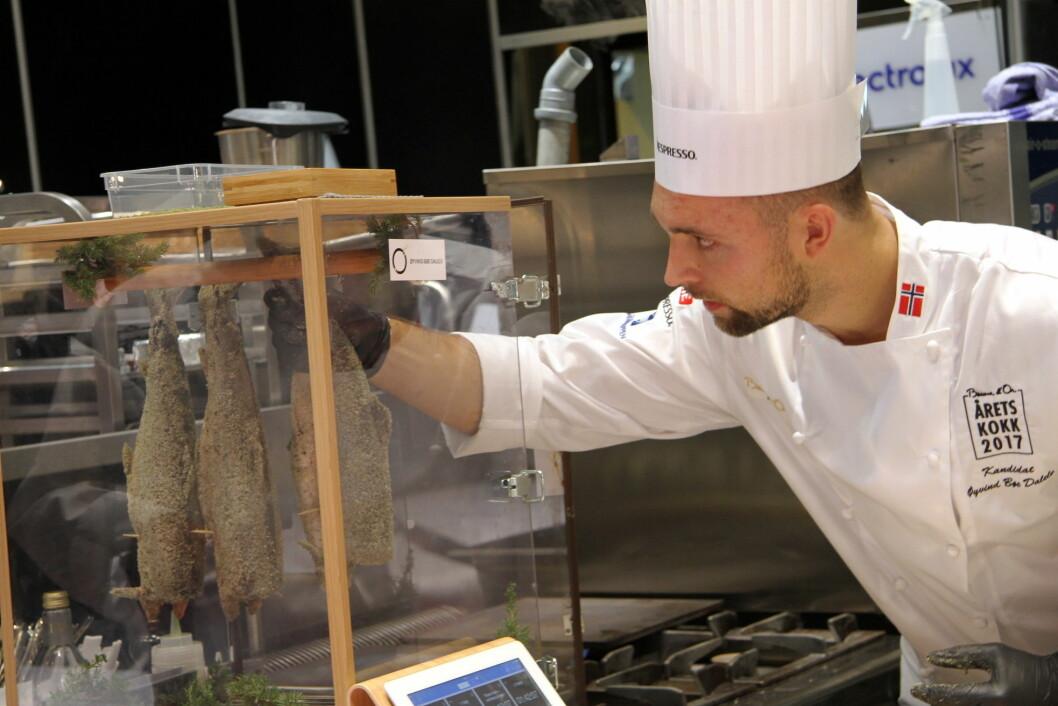 Øyvind Bøe Dalelv tilbereder ishavsrøye med einer fra onkel Per Bøe i Hamarøy. (Foto: Morten Holt)