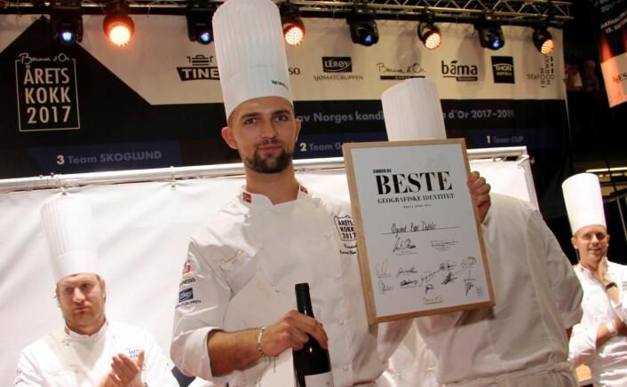Øyvind Bøe Dalelv fikk prisen for beste ganefryd og beste geografiske identitet (bildet). Han fikk dessuten høyest poengsum på fisk/sjømat av juryen i Årets kokk 2017. (Foto: Morten Holt)