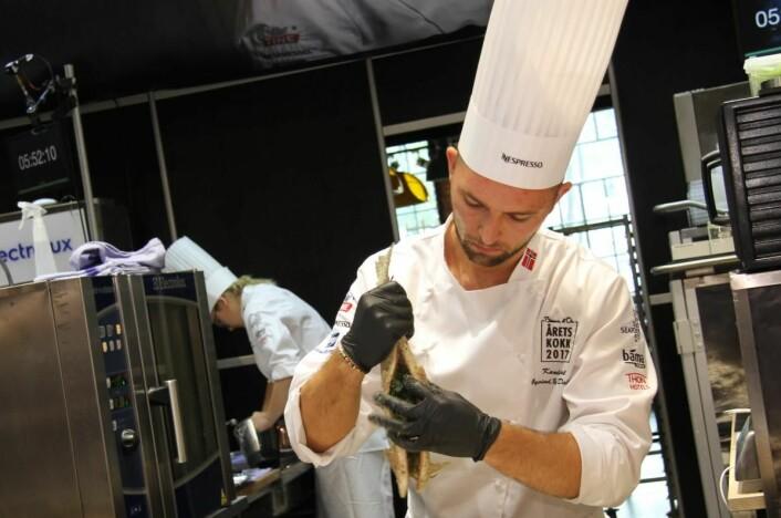 Øyvind Bøe Dalelv tok bronse i Årets kokk 2015, og sikter enda høyere i 2017. Soussjefen på Statholdergaarden er nok den med flest tilhengere på tribunen i Mathallen i dag. Her tilberedes ishavsrøya. (Foto: Morten Holt)