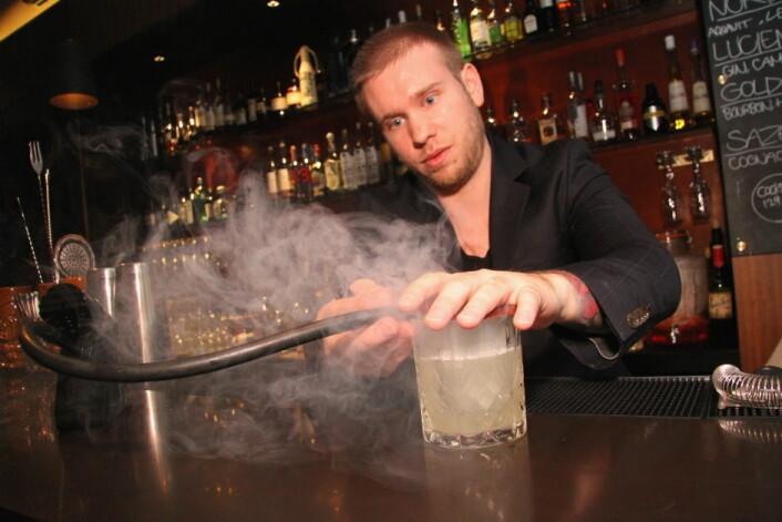 Mathias Alsén er ny barsjef på The Thief. Dette bildet ble tatt da han var barsjef på First Hotel Grims Grenka (Foto: Morten Holt)