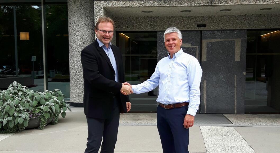 Jan-Erik Pavels Smith i Greenway Norge (til venstre) og innkjøpsdirektør i NHO Reiseliv Innkjøpskjeden, Morten Karlsen. (Foto: Greenway- Norge/NHO Reiseliv))