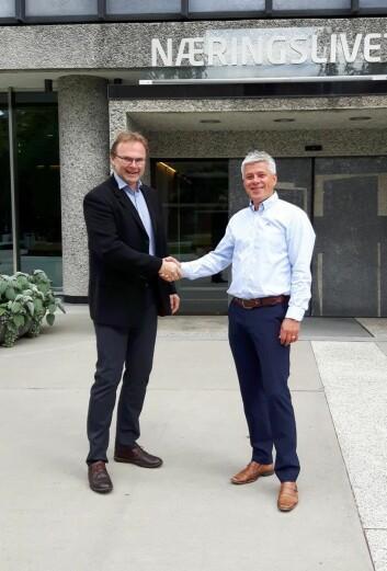 Jan-Erik Pavels Smith i Greenway Norge (til venstre) og innkjøpsdirektør i NHO Reiseliv Innkjøpskjeden, Morten Karlsen. (Foto: Greenway- Norge/NHO Reiseliv)