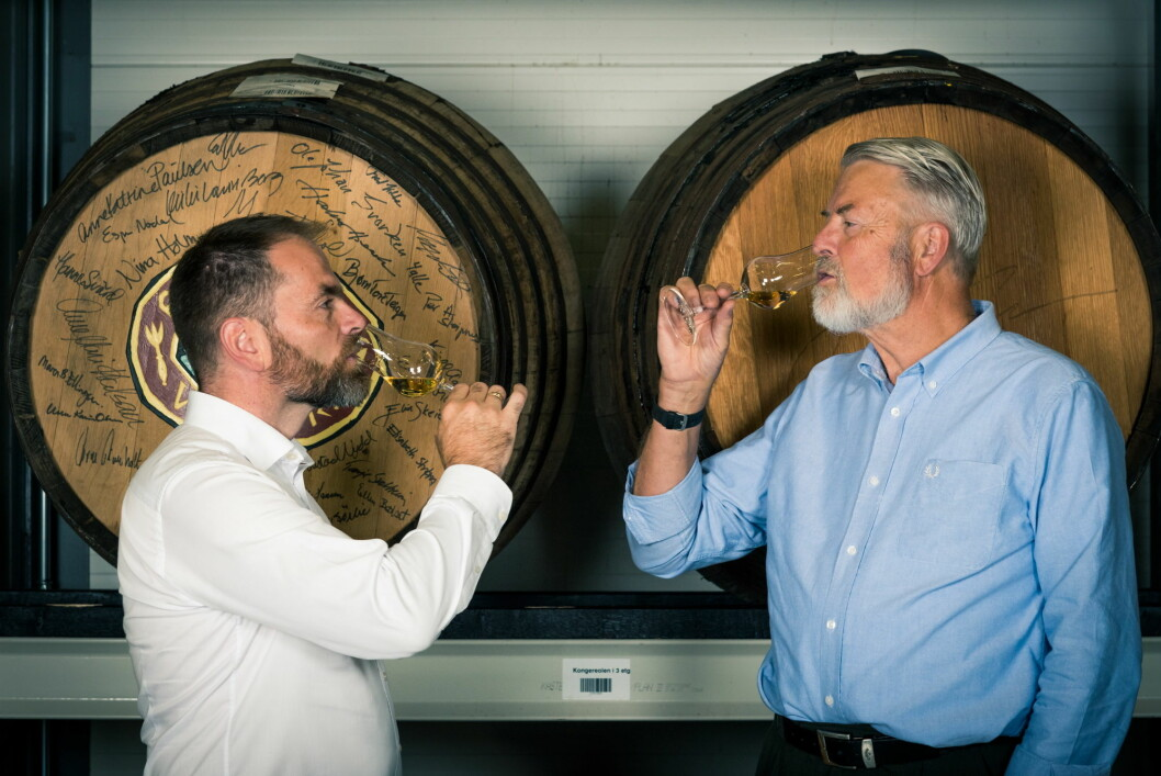 Ivan Abrahamsen (til venstre) overtok nylig ansvaret for utviklingen av Gilde Juleaquavit etter Halvor Heuch, fagdirektøren for brennevin i Arcus. (Foto: Arcus)