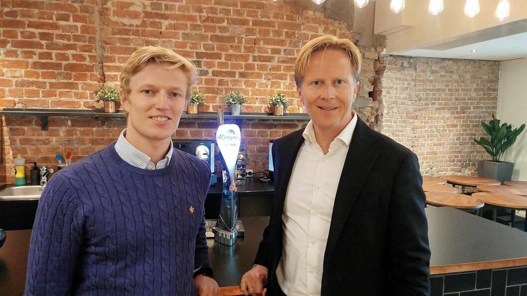 Knut Erik Ringnes (til venstre) og administrerende direktør i Ringnes AS, Anders Røed. (Foto: Ringnes Gård)