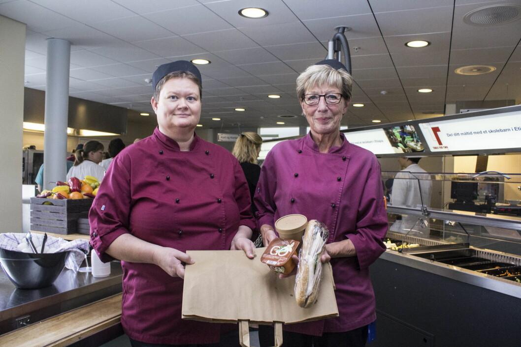 Ragnhild Holsen (til høyre) og Anne Grethe Bjeglerud, begge assisterende seksjonsleder Kafé & Catering, Akershus Universitetssykehus. (Foto: Bente Kvien, RB)