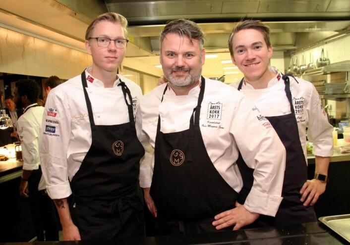 Christer Rødseth (til høyre) er en av dommerne i NM i kokkekunst 2017. Nylig var han coach for Geir Magnus Svae i midten i Årets kokk. Til venstre Henrik Falkensten, som ble kåret til beste commis i Årets kokk 2017. (Foto: Morten Holt)