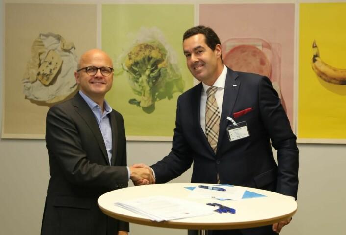 Direktør for mat og drikke i Scandic Hotels Norge, Morten Malting signerer avtalen med klima og miljøminister Vidar Helgesen. (Foto: Scandic Hotels).