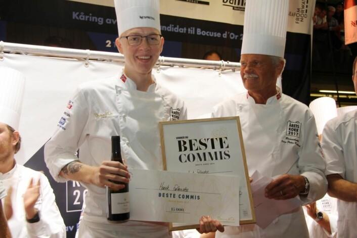 Henrik Falkensten ble kåret til beste commis under Årets kokk 2015. Her sammen med danske Jens Peter Kolbeck under kåringen 12. september. (Foto: Morten Holt)