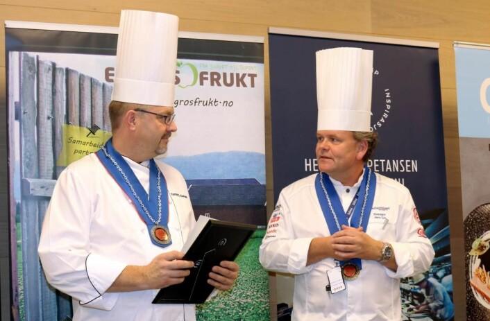 Hoveddommer Jørn Lie sammen med en av de andre dommerne, Tomas E. Karlsen. (Foto: Arrangøren/Nina Borgen)